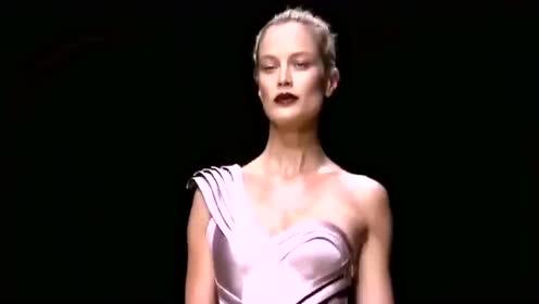 时装秀:模特嫌裙子碍事,直接掀起裙子,别有一番风味!