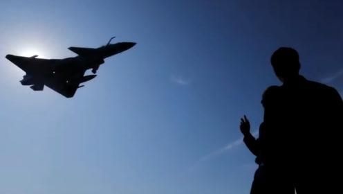 歼10C挂弹超低空掠过头顶,飞行高度仅十几米,气浪打在身上差点站不住