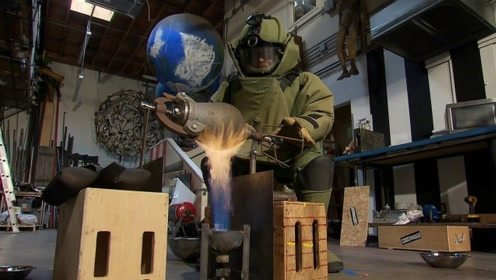 老外体验中国传统爆米花机,身穿防爆服,被吓得乱颤抖!
