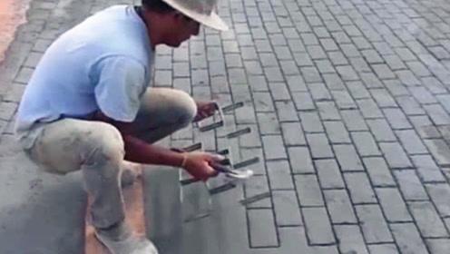 国外工人发明的铺砖神器,不用一块砖头,却能铺出砖头路面!