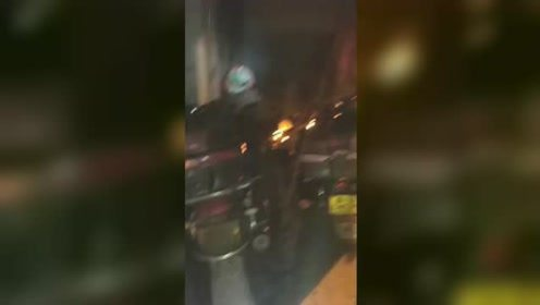 摩托车楼道内突发自燃 现场浓烟滚滚