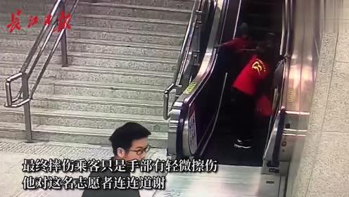 """""""闪电""""志愿者摔倒后,爬着关停电梯救乘客"""