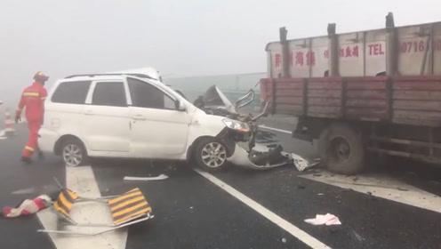 两车大雾天气中相撞 轿车瞬间报废司机受伤被困
