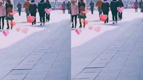 陈乔恩主动牵男友手甜蜜逛街,低调出行无人识,感情很是稳定