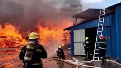 广东清远一木材厂起火,火势蔓延至居民楼,现场还有3个油罐