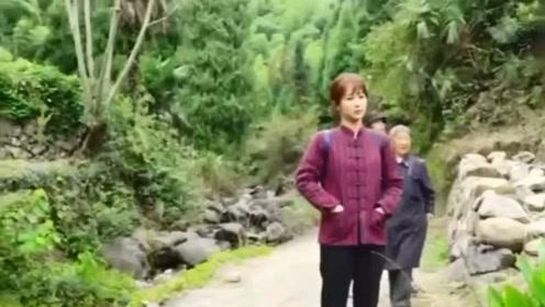 杨紫穿上村姑装化身村花,霸气的劈柴,真是好可爱