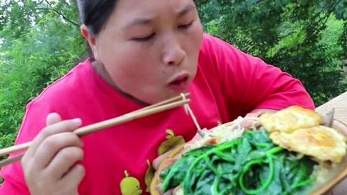 """农村胖妹也要吃""""土豪泡面"""",尝试上等人的伙食,都是什么家庭!"""