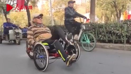 硬核!洛阳70岁大爷改装自行车 躺着骑上路超拉风