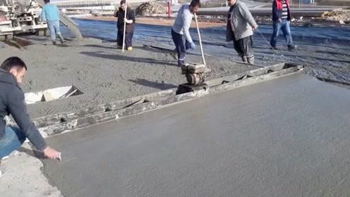 机器走过的地方,水泥地变得很平