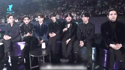 GOT7颁奖典礼上玩扔水瓶被主办方没收桌子,集体失声装无辜笑skr人