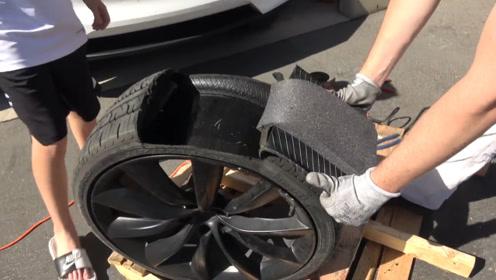 外国小哥现场拆解特斯拉轮胎,发现内部大有玄机,不愧是豪车一族