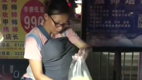 深夜12点,一位卖芒果的母亲和孩子,给这个为生活拼搏的母亲点赞!