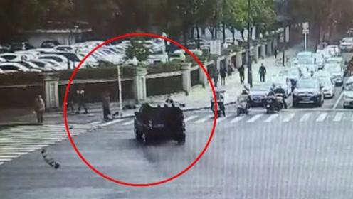 突发!路虎车失控撞飞等红灯的路人,监控拍下诡异一幕