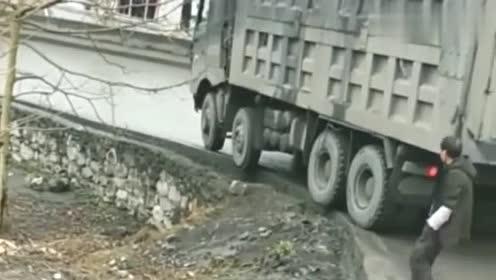 这货车一看就是老司机开的,轮子不着地也能开,真是第一次见啊!