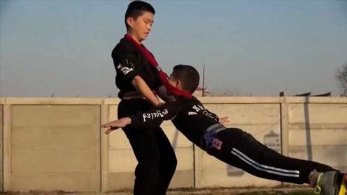 轮滑上的危险杂技!杂技小子用绳系脖转圈秀绝技:摔过上万次