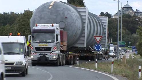 世界最牛运输车,拉74米400吨油罐路上走,感觉它像拉着一座山!