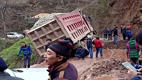 整个村就这一条主干道,结果大货车超载出事故堵路了,真缺德!
