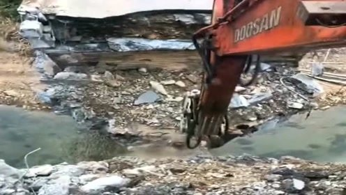 挖掘机拆除桥梁,一下就结束工作了,司机都没反应过来!