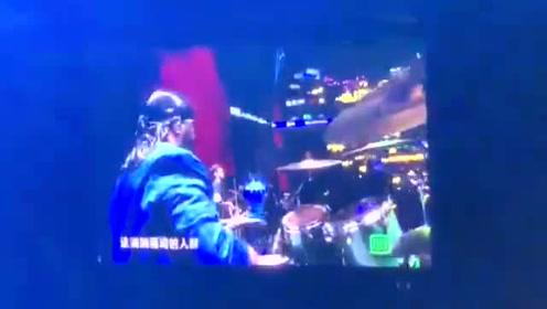 尖叫之夜:蔡徐坤 蝶造型西装现身舞台上表演《重生》帅气十足,超稳~
