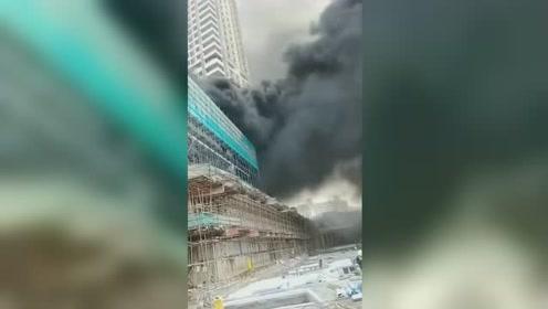 深圳一工地楼顶突发大火 现场浓烟滚滚并发出爆炸声
