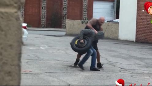 作死恶搞!小伙路边假装偷轮胎,差点被车主捶破脑袋!