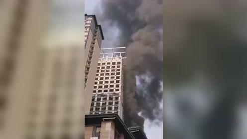 西安一在建楼房突发大火 楼体被烧有泡沫板高空坠落