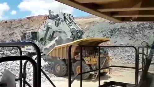 是石头太重还是挖掘机司机太蠢?这可是价值几百万的工程车啊
