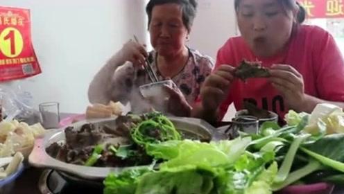胖妹带70岁奶奶下馆子,4斤牛骨火锅,老板免费送青菜!