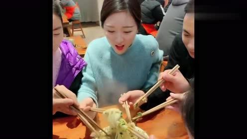 老板娘也太节约了吧,几个人吃一碗面,抢着吃真带劲!