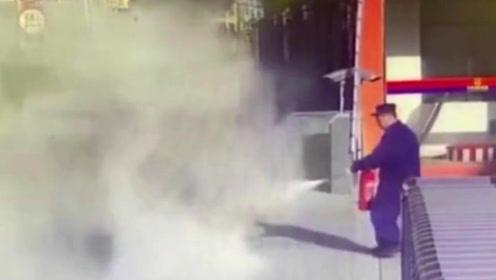 电动车消防队门口突然着火,门口老大爷轻轻松松几秒灭火!
