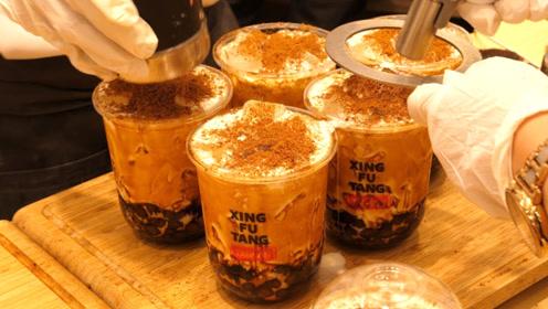 """网红""""黑糖珍珠奶茶""""好喝吗?还没营业,就排了很长的队!"""