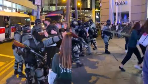 引起舒适!香港暴徒被捕同伙上前抢人 港警喷射胡椒喷雾喝退暴徒