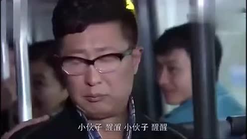 男子公交车上睡觉 手机铃声引全车乘客爆笑!