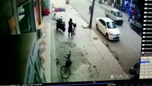 """女子错骑""""同款""""自行车 蜀黍追踪解开""""乌龙"""""""