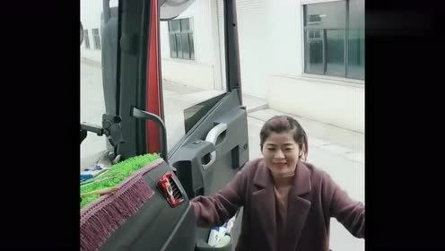 这货车女司机火了,蹦跶起来太可爱了,标准媳妇的形象!