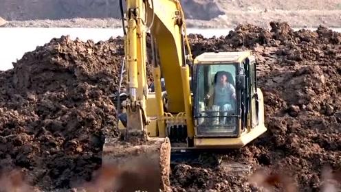 挖土机工作视频挖沙,看似笨重的工程车,干起活来还挺利索