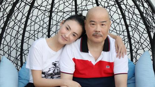 张柏芝晒照为父亲庆生:依偎父亲肩膀画面温馨!