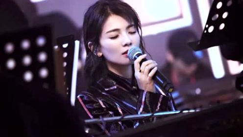 刘涛穿紫色亮条纹西装温柔干练 一首《爱我》深情满满令人心动
