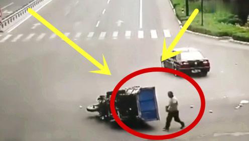 路口三轮车发生侧翻,众人将其扶起后,不可思议的事情发生了!