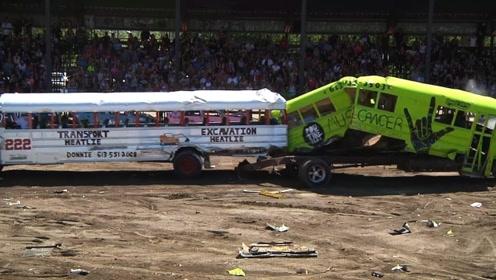 世界奇葩的比赛,斗兽场巴士大赛,好好的巴士被装的稀巴烂!