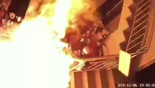 实拍厨房爆燃惊魂瞬间:就差一秒,刚把孩子推出去嘭的一声就炸了