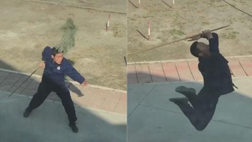 高手!消防员打扫卫生拿着扫把练武术 网友:消防队真是藏龙卧虎