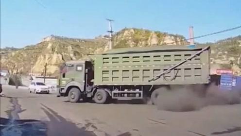 """大货车拐弯发出巨响,路上尘土飞扬,货车:放个""""屁""""不行?"""