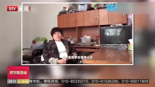 江西南昌:宿管阿姨男寝勇抓蛇