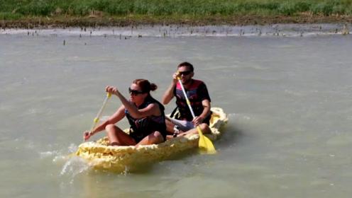 国外情侣太有才!用泡沫胶做小船,还要测试它能不能漂浮起来