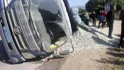 """大货车侧翻碎石倾泻,小车险遭""""活埋""""镜头拍下全程"""