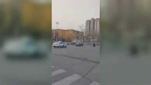 """私家车闹市街头疯狂逃窜 交警拦截上演""""速度与激情"""""""