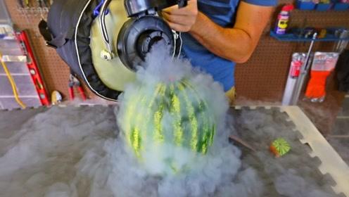 当西瓜遇上液氮会发生什么?老外亲自测试,铁锤都砸不烂!