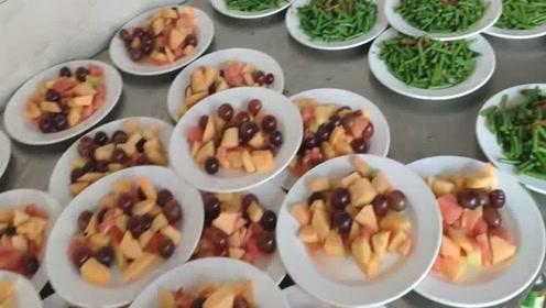 在农村吃大席,厨师说,满满一桌20个菜才380元,你们可以想象出来吗?