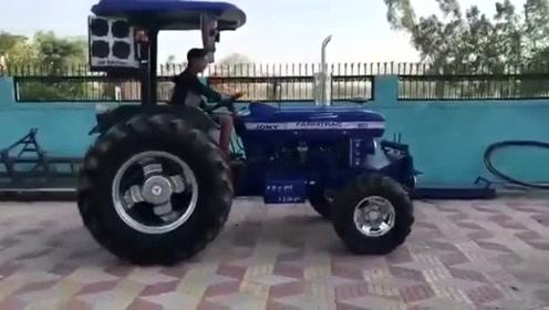 印度农民新买了台拖拉机,迫不急待下地测试